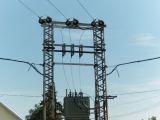 transzformátor a ház előtt kötegelt kábelek becsatlakozva